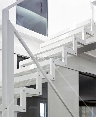 zickzack stahlwange und minimalistischer handlauf einer leichten weissen treppe bild kaufen. Black Bedroom Furniture Sets. Home Design Ideas