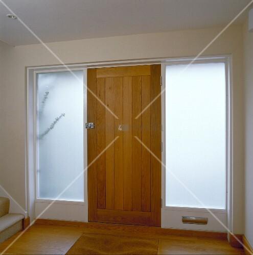 eingangsbereich mit haust r aus holz und opaken raumhohen. Black Bedroom Furniture Sets. Home Design Ideas