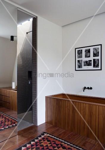 badewanne aus holz neben duschabtrennung mit verspiegelter schiebet r bild kaufen living4media. Black Bedroom Furniture Sets. Home Design Ideas