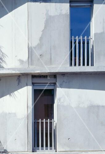 betonfassade mit franz sischen fenster und br stungsgel nder bild kaufen living4media. Black Bedroom Furniture Sets. Home Design Ideas