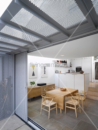 blick durch offene terrassenschiebet r auf essplatz mit klassikerst hlen und moderne k che. Black Bedroom Furniture Sets. Home Design Ideas