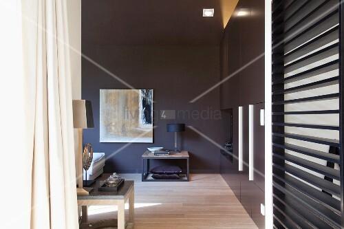 beistelltisch vor dunkelgrau get nter wand in designer. Black Bedroom Furniture Sets. Home Design Ideas