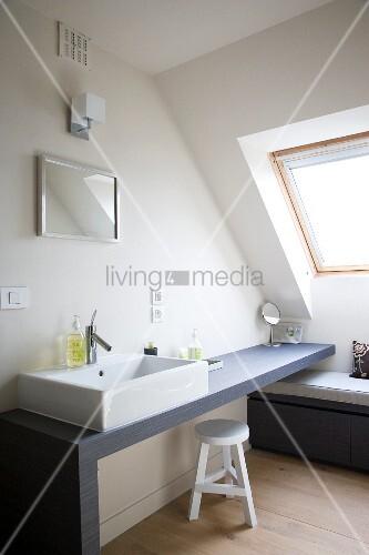 optimal genutzte dachschr ge bad im schlichten skandinavischen stil mit rechteckigem. Black Bedroom Furniture Sets. Home Design Ideas