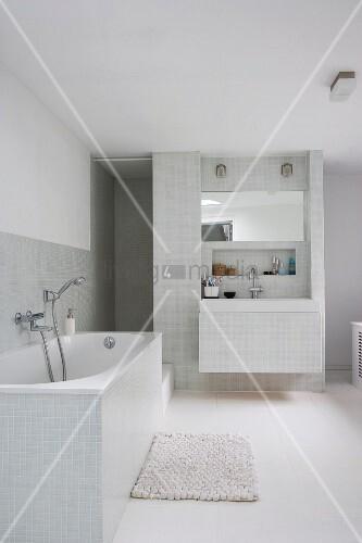 lichtgraue fliesen im weissen modernen badezimmer mit eingebautem waschtisch vor der. Black Bedroom Furniture Sets. Home Design Ideas