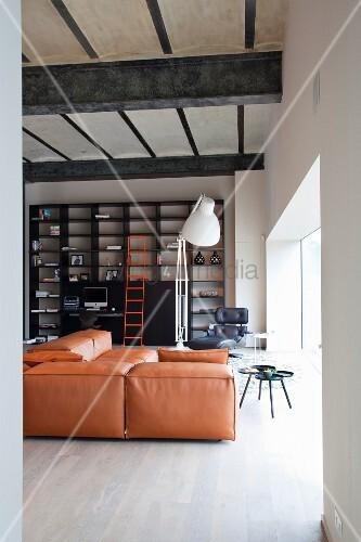 Loftwohnzimmer mit alter betondecke auf massiven for Schwarzes regal