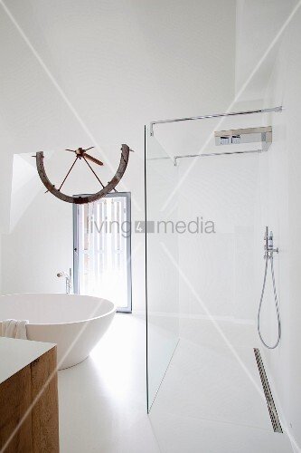 weisses bad mit freistehender runder badewanne und offene. Black Bedroom Furniture Sets. Home Design Ideas