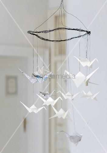 drahtmobile mit origami kranichen aus schreib und zeitungspapier bild kaufen living4media. Black Bedroom Furniture Sets. Home Design Ideas