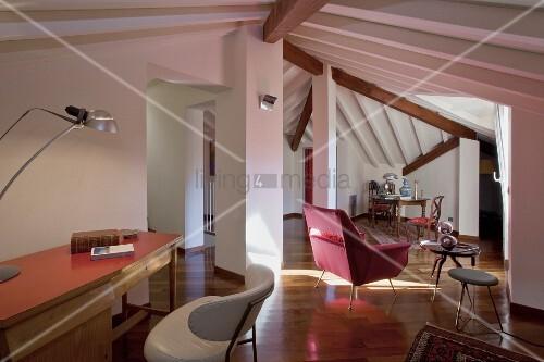 Modernes wohnzimmer mit unregelm igen dachschr gen und for Innendesigner schweiz