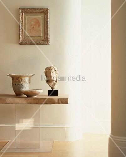 antik griechischer kopf aus stein und gef sse auf tisch. Black Bedroom Furniture Sets. Home Design Ideas