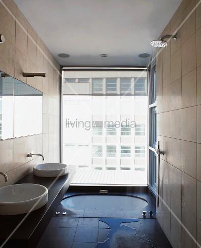 modernes bad mit im boden eingelassener badewanne vor raumhohem fenster bild kaufen living4media. Black Bedroom Furniture Sets. Home Design Ideas