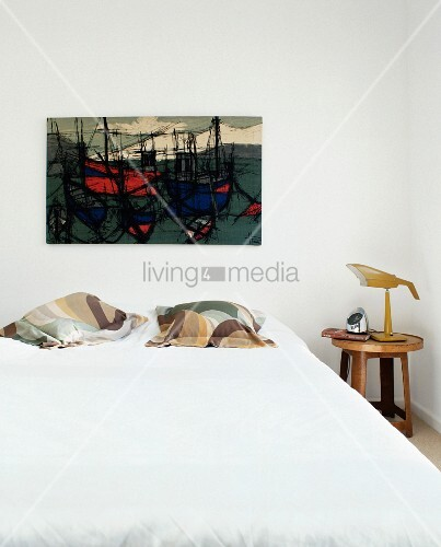doppelbett mit kissen und modernem bild mit schiffmotiven an wand bild kaufen living4media. Black Bedroom Furniture Sets. Home Design Ideas