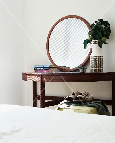 runder spiegel auf wandtisch aus holz bild kaufen living4media. Black Bedroom Furniture Sets. Home Design Ideas