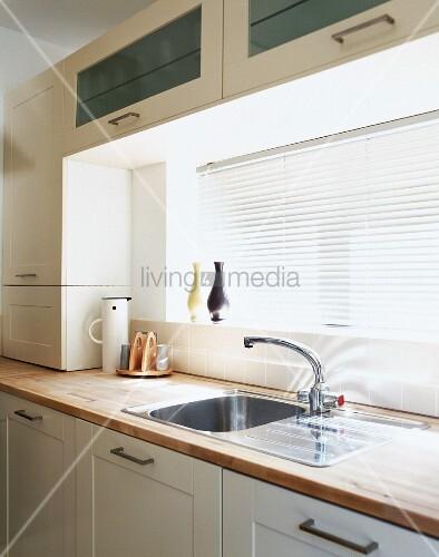 Ausschnitt einer Küchenzeile mit geschlossener Jalousie am Fenster u2013 Bild kaufen u2013 living4media