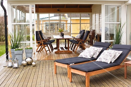 holzliegen mit auflage auf der terrasse vor dem. Black Bedroom Furniture Sets. Home Design Ideas