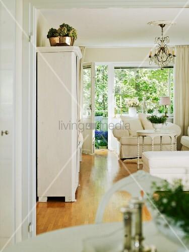 klassische weisse vintageeinrichtung im wohnzimmer mit. Black Bedroom Furniture Sets. Home Design Ideas