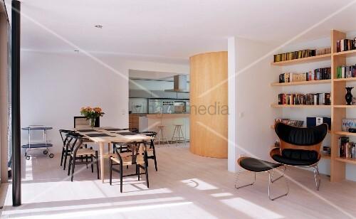 offener raum mit wohn und essbereich bild kaufen living4media. Black Bedroom Furniture Sets. Home Design Ideas