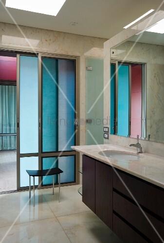 Elegantes badezimmer mit marmor bild kaufen living4media - Marmor badezimmer ...