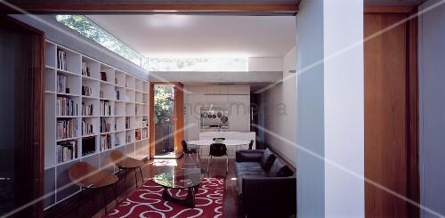 Blick in ein wohnzimmer mit regalwand bild kaufen for Wohnzimmer regalwand