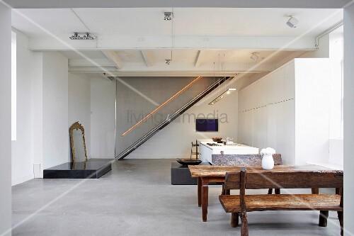 offene k che mit esstisch im hintergrund treppe mit. Black Bedroom Furniture Sets. Home Design Ideas