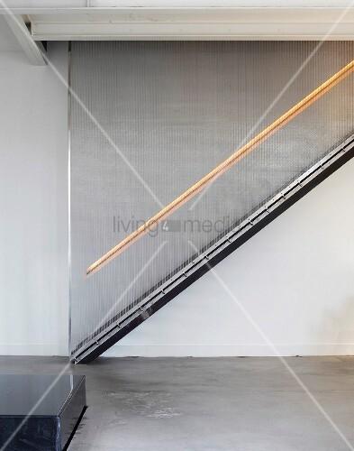 treppe im wohnraum mit beleuchtetem treppenlauf bild kaufen living4media. Black Bedroom Furniture Sets. Home Design Ideas
