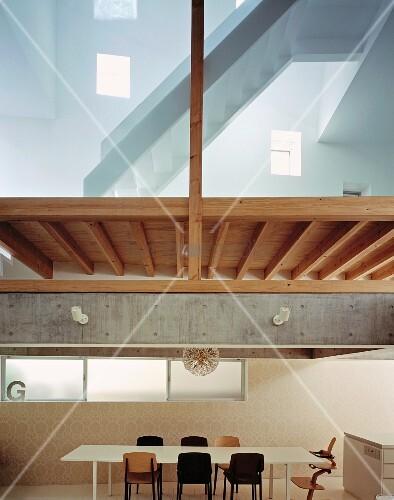 esstisch mit st hlen unter zwischendecke aus holz treppe. Black Bedroom Furniture Sets. Home Design Ideas