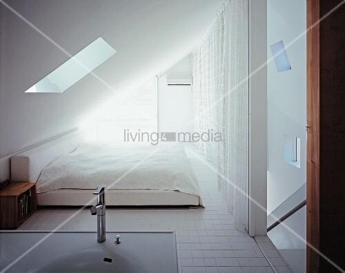 schlafbereich waschbecken unter dachschr ge bild kaufen living4media. Black Bedroom Furniture Sets. Home Design Ideas
