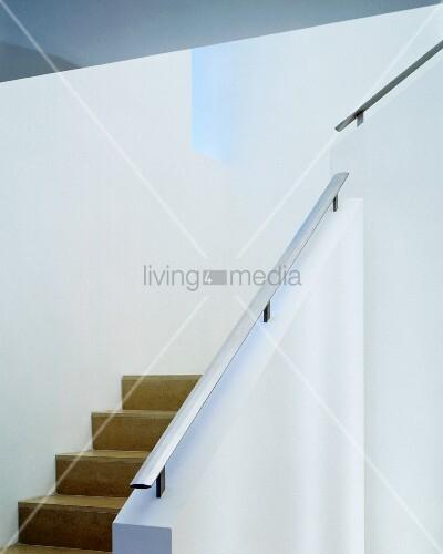 treppe mit gemauertem gel nder und handlauf aus edelstahl bild kaufen living4media. Black Bedroom Furniture Sets. Home Design Ideas