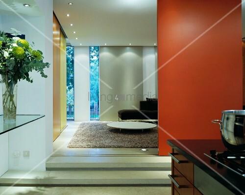 offene rotbraune schiebet r und blick in wohnraum bild kaufen living4media. Black Bedroom Furniture Sets. Home Design Ideas