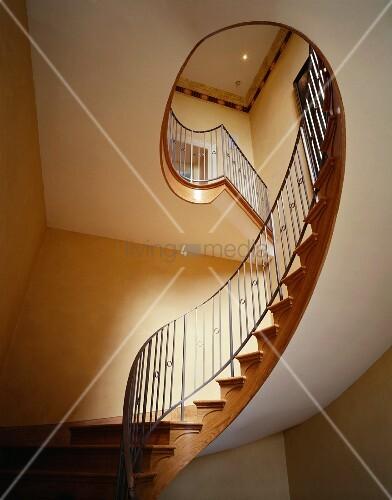 treppenhaus mit geschwungener treppe im jugendstil bild kaufen living4media. Black Bedroom Furniture Sets. Home Design Ideas