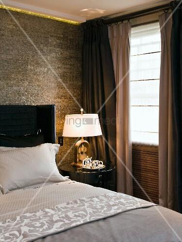 schlafzimmerecke nachttisch mit lampe neben bett und teils geschlossenem vorhang am fenster. Black Bedroom Furniture Sets. Home Design Ideas