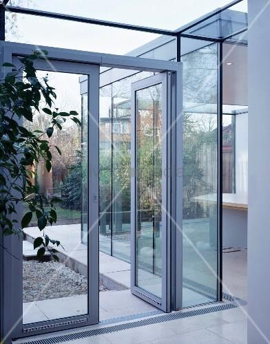 glast ren und glasw nde trennen den wohnbereich vom garten bild kaufen living4media. Black Bedroom Furniture Sets. Home Design Ideas