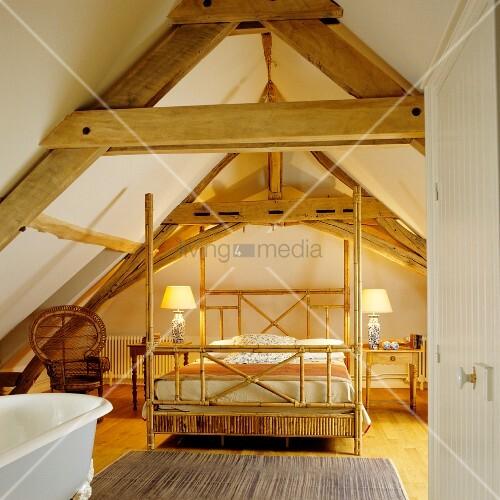 Minimalistisches Himmelbett Vor Wand Mit : Himmelbett aus bambusgestell unter offener