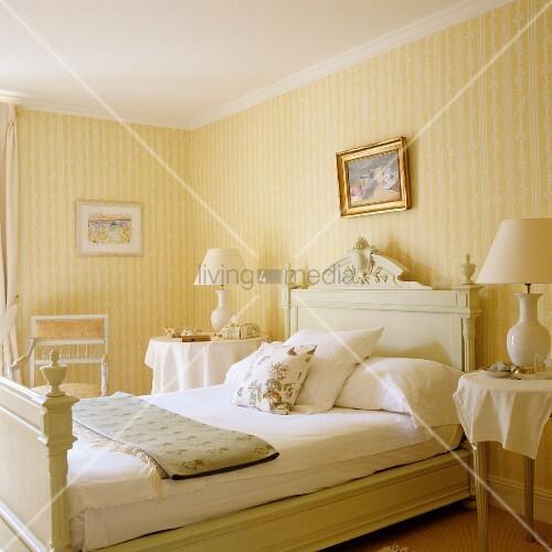 helles schlafzimmer im traditionellen stil mit gelb weissen streifen auf tapete an wand bild. Black Bedroom Furniture Sets. Home Design Ideas