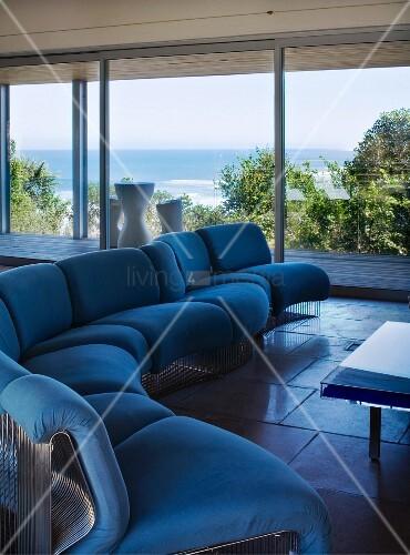 blaue sitzgarnitur in einem wohnzimmer mit meerblick bild kaufen living4media. Black Bedroom Furniture Sets. Home Design Ideas