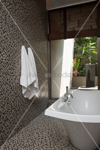 freistehende badewanne und mosaikfliesen auf wand und boden in modernem bad mit offenem. Black Bedroom Furniture Sets. Home Design Ideas