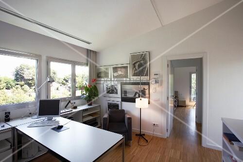 wohnlich gestaltetes arbeitszimmer mit dachschr ge und st bchenparkett bild kaufen living4media. Black Bedroom Furniture Sets. Home Design Ideas