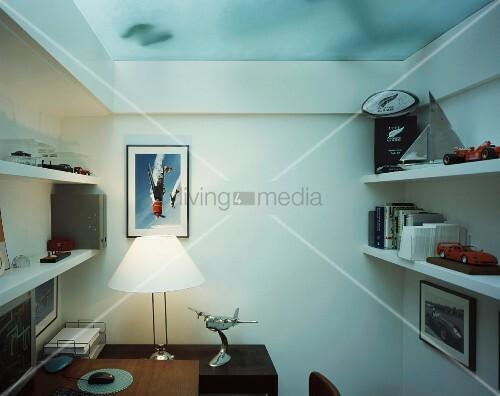 home office in kleinem zeitgen ssisch gestalteten raum. Black Bedroom Furniture Sets. Home Design Ideas