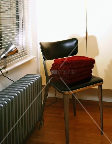 Metallstuhl mit schwarzem lederbezug auf sitz und for Innendesigner schweiz