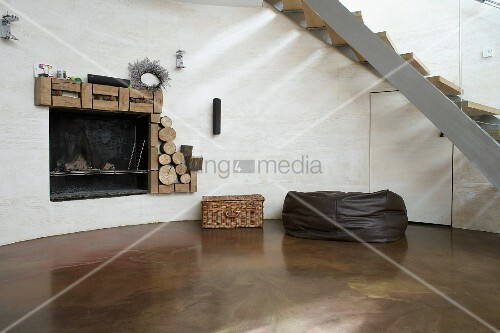 runde kaminecke mit poliertem betonboden unter treppe mit. Black Bedroom Furniture Sets. Home Design Ideas