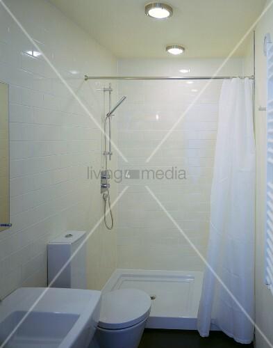 kompakt auf engem raum cremefarbene fliesen und weisse moderne badeinrichtung mit maritimen. Black Bedroom Furniture Sets. Home Design Ideas