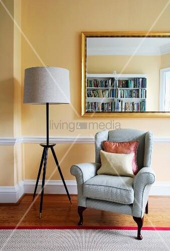 Retro stehlampe und klassischer ruhesessel unter for Innendesigner wien