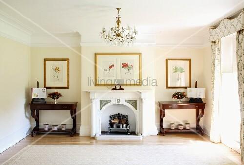 Traditionelles wohnzimmer mit kronleuchter und verziertem kamin zwischen antiken konsolentischen - Wohnzimmer kronleuchter ...