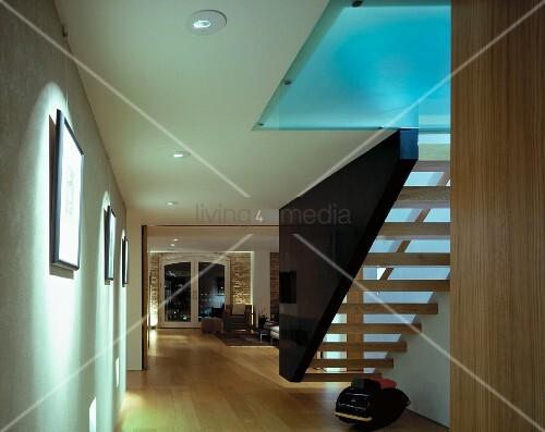 schwebende treppe zwischen wand und dunkler wangenscheibe mit indirektem licht durch glasdecke. Black Bedroom Furniture Sets. Home Design Ideas