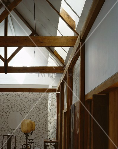 dachkonstruktion aus holz und antike stehlampen mit ballonschirm vor filigraner fl chiger. Black Bedroom Furniture Sets. Home Design Ideas