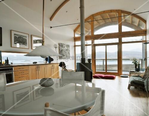esstisch mit moderner milchglasplatte regiest hlen und retrolampe in offenem wohnraum mit. Black Bedroom Furniture Sets. Home Design Ideas