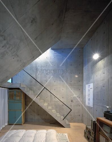 Schlafzimmer mit w nden und schr ger decke aus beton und for Betontreppe kaufen