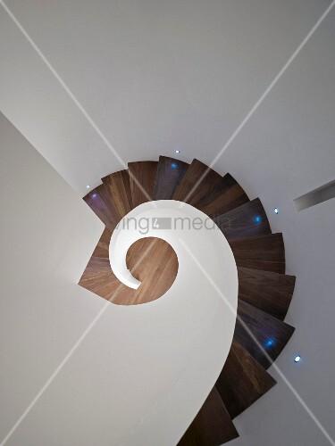 blick von oben auf treppenhaus mit wendeltreppe aus holz. Black Bedroom Furniture Sets. Home Design Ideas