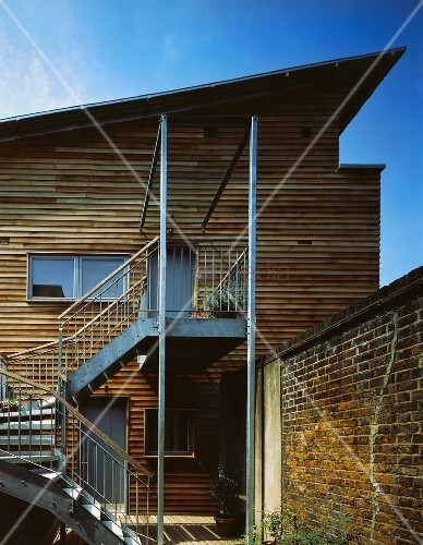 Modernes wohnhaus mit holzfassade und zugang ber treppe for Modernes wohnhaus
