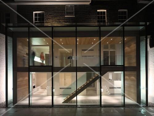zeitgen ssischer anbau mit glasfront und blick in beleuchteten mehrst ckigen treppenraum bild. Black Bedroom Furniture Sets. Home Design Ideas