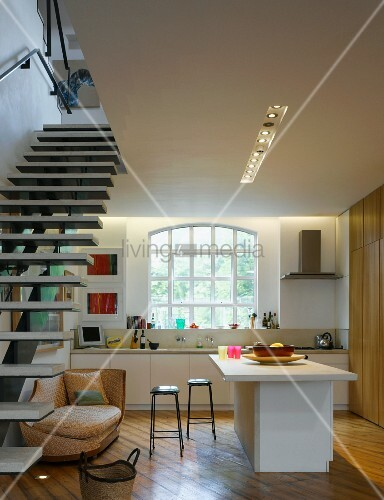 offene k che freischwebende treppe bild kaufen. Black Bedroom Furniture Sets. Home Design Ideas